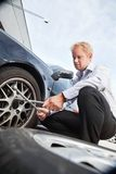 Homem de negócio do pneu liso fotografia de stock royalty free