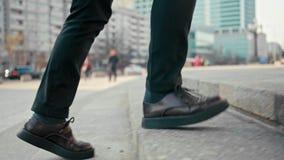 homem de negócio do tiro do movimento 4K lento em sapatas da plataforma que anda em cima fora video estoque