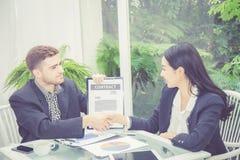 Homem de negócio e de reunião e de exibição da mulher sucesso com aperto de mão fotos de stock