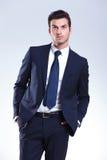Homem de negócio elegante considerável que olha acima Fotos de Stock Royalty Free