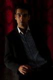 Homem de negócio elegante na escuridão Fotografia de Stock Royalty Free