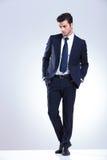 Homem de negócio elegante novo que olha para baixo Imagem de Stock