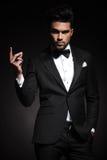 Homem de negócio elegante que agarra seus dedos Imagem de Stock