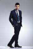 Homem de negócio elegante que guarda as mãos em uns bolsos Fotografia de Stock Royalty Free