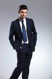 Homem de negócio elegante que guarda suas mãos em uns bolsos Imagens de Stock