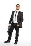 Homem de negócio em estar do terno e dos vidros Imagens de Stock Royalty Free