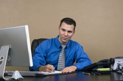 Homem de negócio em seu escritório fotos de stock