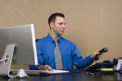 Homem de negócio em seu escritório imagens de stock royalty free