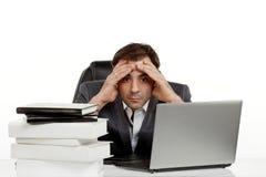 Homem de negócio em seu escritório cansado Imagens de Stock