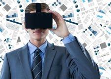 Homem de negócio em VR contra o contexto dos originais Fotos de Stock