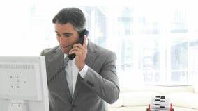 Homem de negócio encantador que fala no telefone vídeos de arquivo