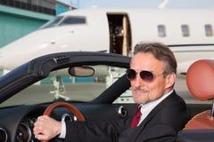 Homem de negócio executivo em um cabriolet na frente do priv incorporado Foto de Stock Royalty Free