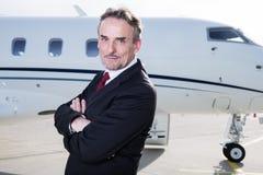 Homem de negócio executivo na frente do jato incorporado Fotografia de Stock