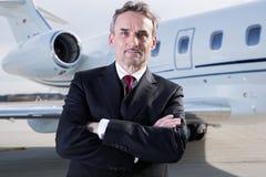 Homem de negócio executivo na frente do jato incorporado Imagem de Stock
