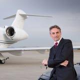 Homem de negócio executivo na frente do jato incorporado Foto de Stock