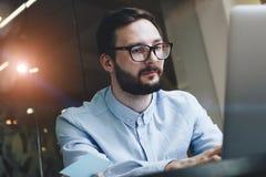 Homem de negócio farpado com os vidros e a camisa que trabalham no lo moderno Fotografia de Stock