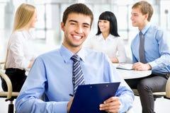 Homem de negócio feliz com colegas Foto de Stock Royalty Free