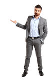 Homem de negócio feliz que apresenta e que mostra imagem de stock royalty free
