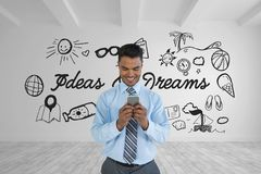 Homem de negócio feliz que está em uma sala 3D com um gráfico conceptual na parede Imagem de Stock