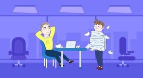 Homem de negócio frustrante Carry Stack Of Paper Documents para dirigir Deadline Concept ilustração royalty free