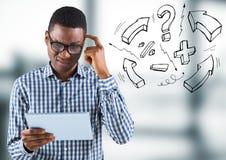 Homem de negócio frustrante com a tabuleta contra gráficos cinzentos obscuros do escritório e da matemática fotos de stock