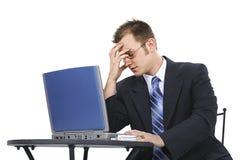 Homem de negócio frustrante no terno com computador Imagens de Stock