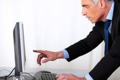 Homem de negócio hipanic elegante que aponta o computador Foto de Stock Royalty Free