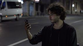 Homem de negócio impaciente Uber de espera a chegar verificando sua aplicação para ver se há a ordem no smartphone filme