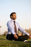 homem de negócio indiano que meditating Imagens de Stock
