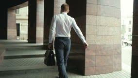 Homem de negócio indo que guarda o breve caso sobre o wite na rua video estoque