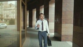 Homem de negócio indo que guarda o breve caso sobre o wite na rua vídeos de arquivo