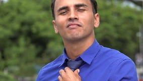 Homem de negócio latino-americano novo bem sucedido seguro filme