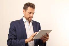 Homem de negócio moderno com PC da tabuleta Fotos de Stock