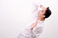 Homem de negócio na camisa branca que olha surpreendida acima. Foto de Stock Royalty Free