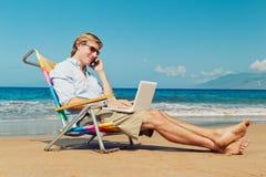 Homem de negócio na praia Fotografia de Stock Royalty Free