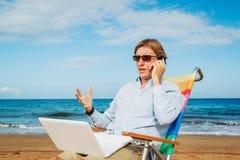 Homem de negócio na praia foto de stock
