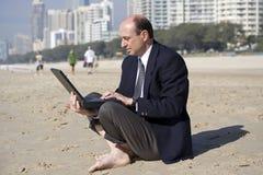 Homem de negócio na praia Foto de Stock Royalty Free