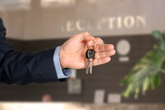 Homem de negócio na recepção que dá chaves Fotos de Stock