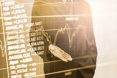 Homem de negócio no backgroun de comércio financeiro do indicador do mercado de valores de ação Foto de Stock Royalty Free