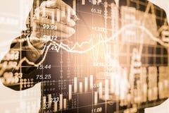 Homem de negócio no backgroun de comércio financeiro do indicador do mercado de valores de ação Fotos de Stock Royalty Free