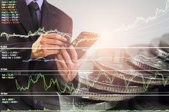 Homem de negócio no backgroun de comércio financeiro do indicador do mercado de valores de ação Imagens de Stock Royalty Free