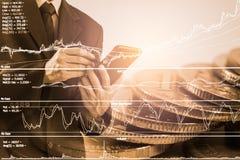 Homem de negócio no backgroun de comércio financeiro do indicador do mercado de valores de ação Imagem de Stock Royalty Free