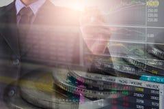 Homem de negócio no backgroun de comércio financeiro do indicador do mercado de valores de ação Imagem de Stock