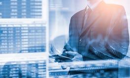 Homem de negócio no backgroun de comércio financeiro do indicador do mercado de valores de ação Fotografia de Stock