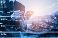Homem de negócio no backgroun de comércio financeiro do indicador do mercado de valores de ação Fotografia de Stock Royalty Free