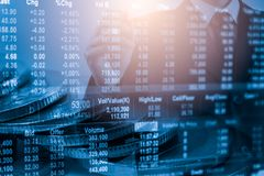 Homem de negócio no backgroun de comércio financeiro do indicador do mercado de valores de ação Fotos de Stock