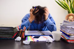Homem de negócio no escritório com síndrome da neutralização na mesa fotografia de stock royalty free