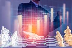 Homem de negócio no mercado de valores de ação digital financeiro e no backgro da xadrez Imagem de Stock