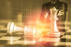 Homem de negócio no mercado de valores de ação digital financeiro e no backgro da xadrez Foto de Stock