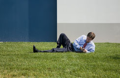 Homem de negócio no telefone da amora-preta Foto de Stock Royalty Free